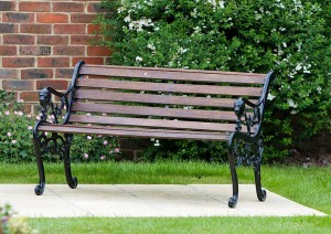 Gartenbank aus Holz vor Schimmel und Stockflecken schützen