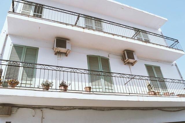 Haus und Balkon mit Kältebrücke