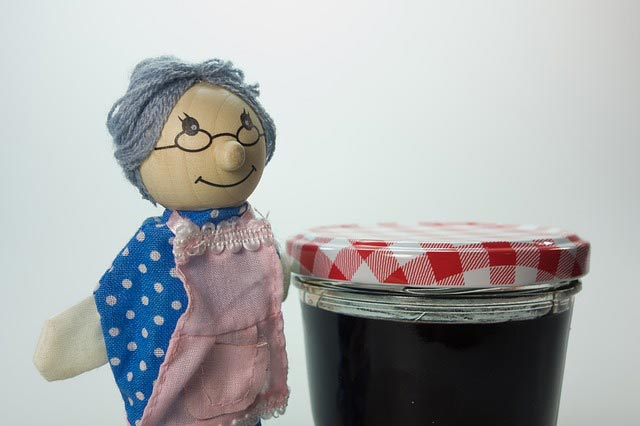 Schimmel auf Marmelade im Glas mit Puppe
