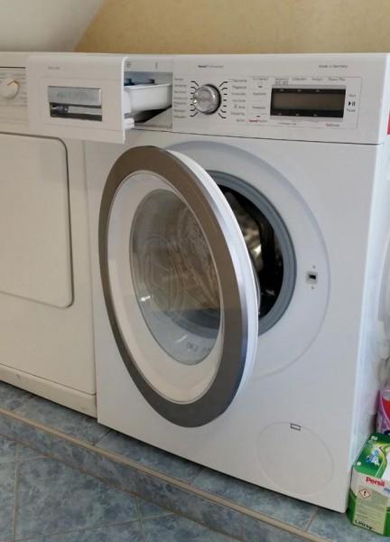 Waschmaschine mit offener Tür, damit sich kein Schimmel bildet